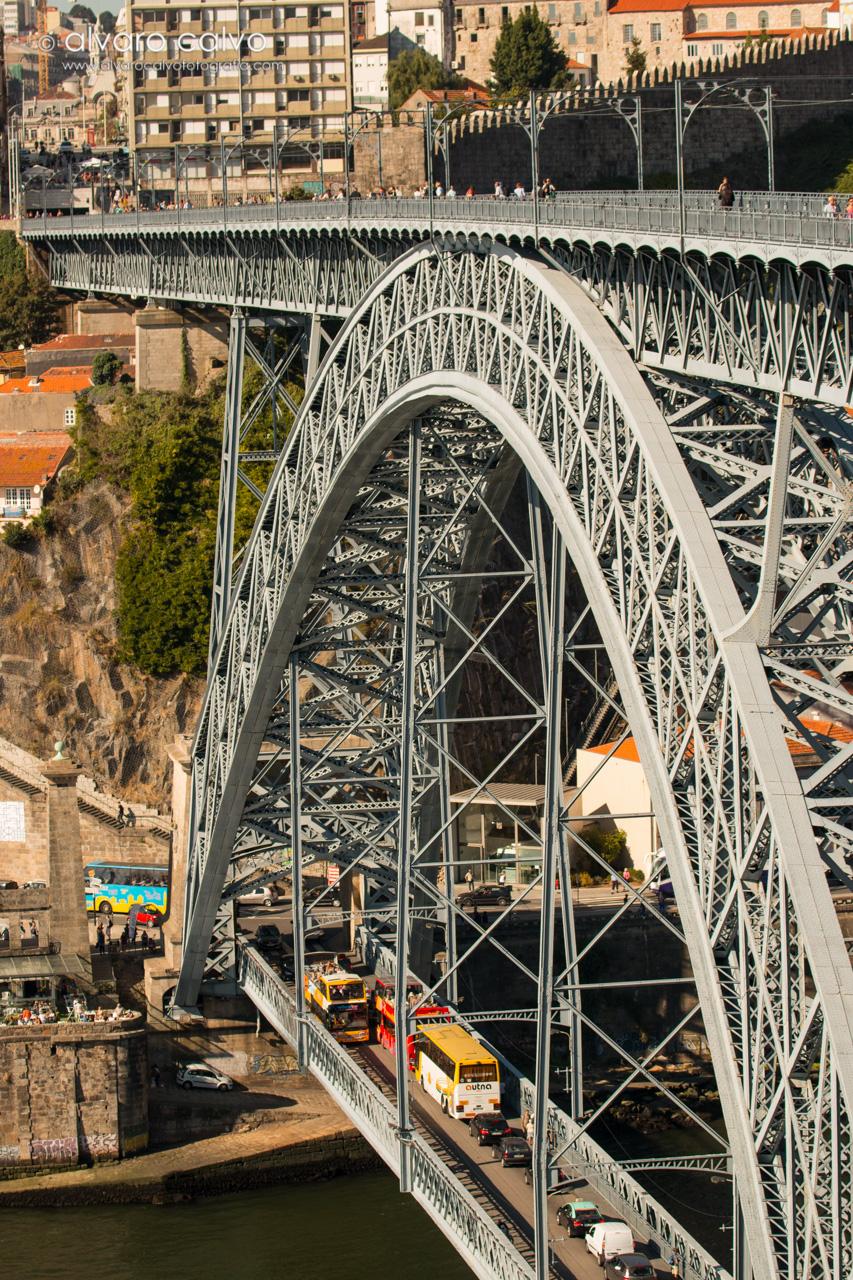 Oporto - Puente Don Luis I pasando vehículos por debajo, y personas y el metro por arriba
