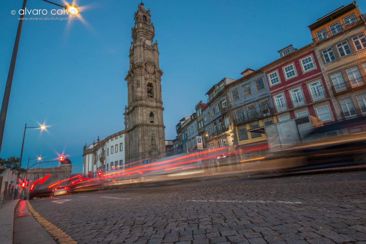 Torre de los clérigos de noche (Oporto)