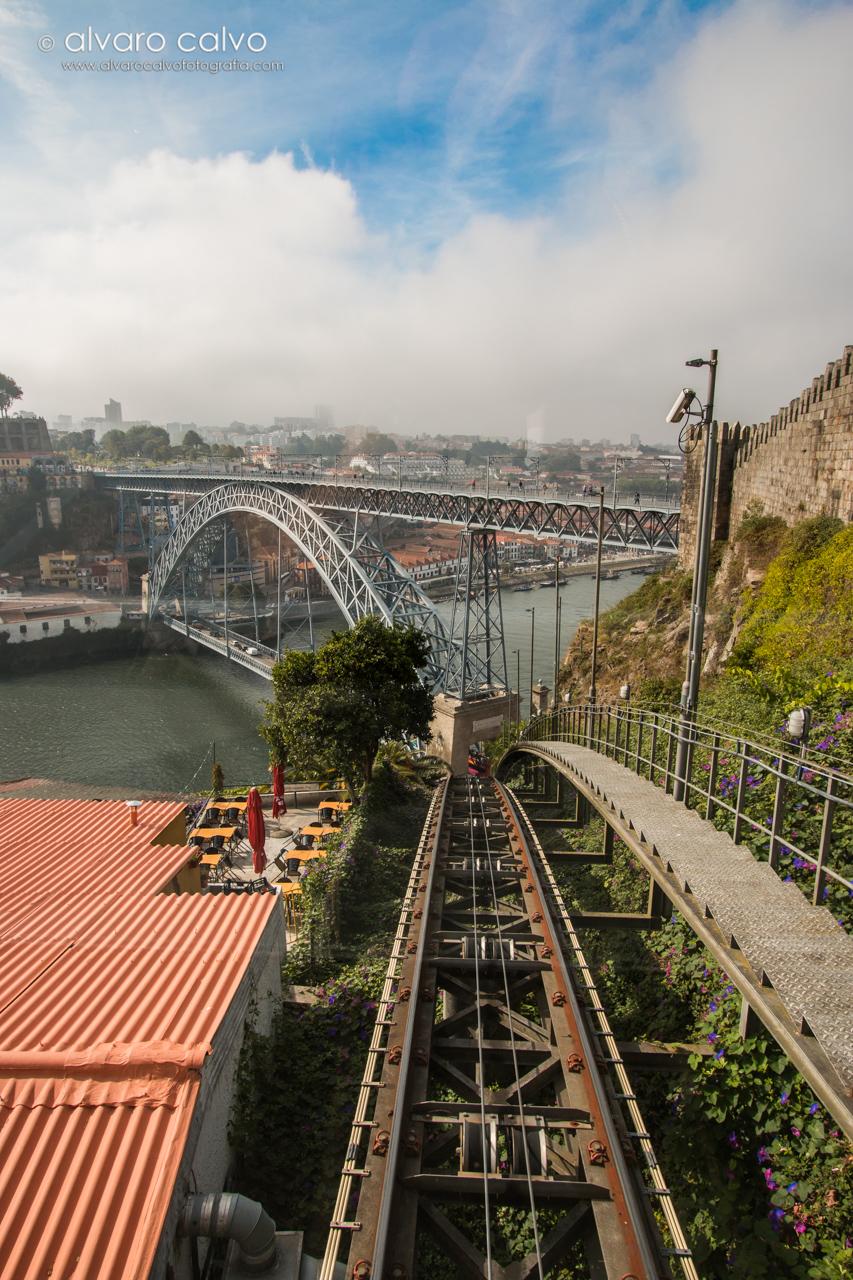 Funicular de Oporto, al fondo el puente de Don Luis I (Oporto)