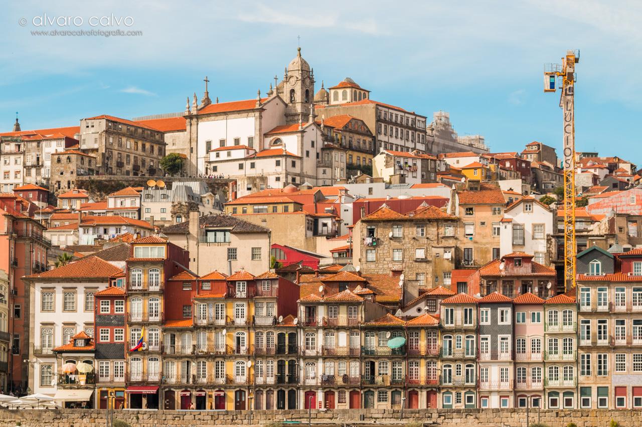 Casas alineadas en Oporto a la orilla del río Douro (o Duero)