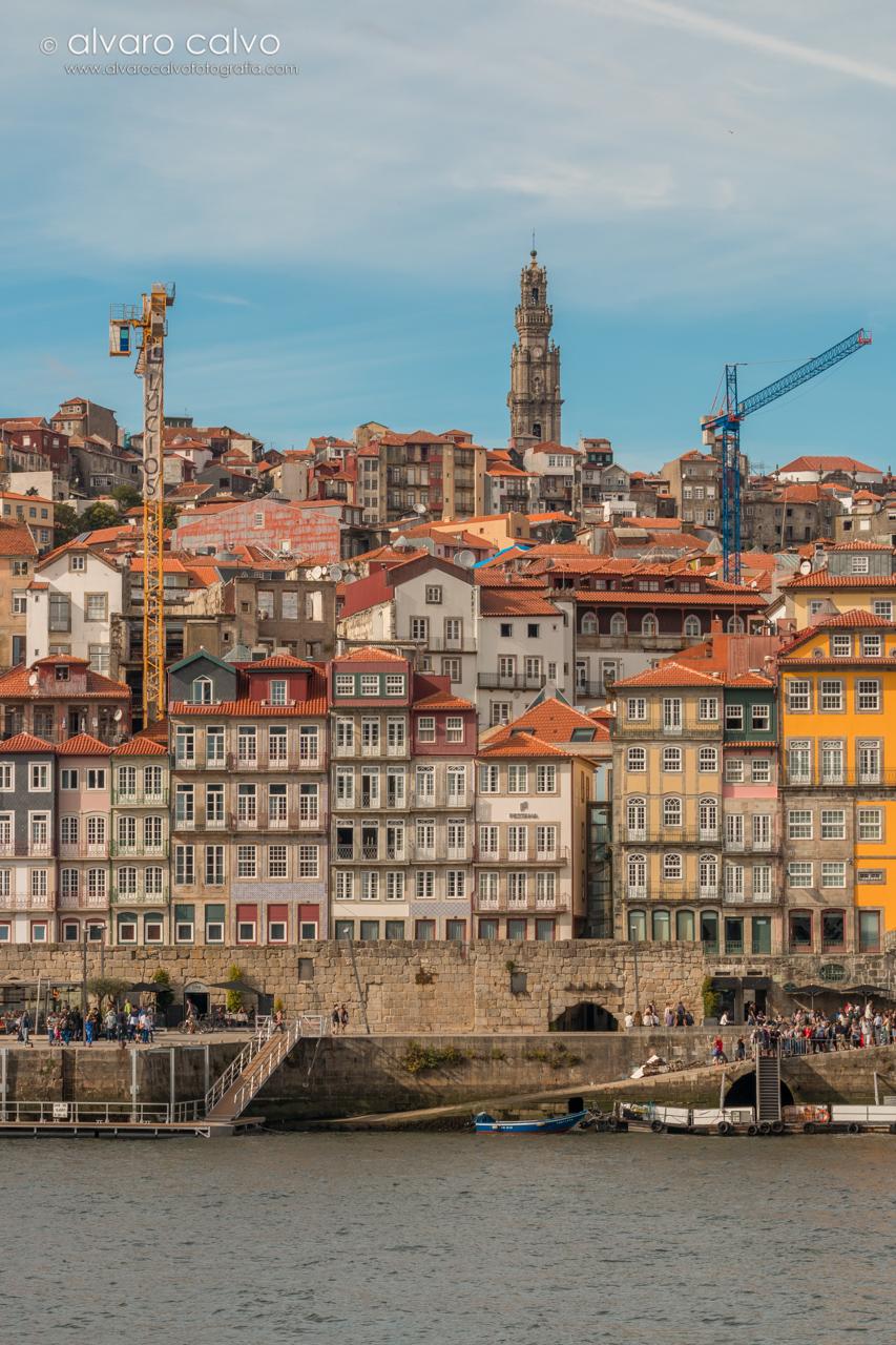 Oporto - Orilla del Douro rodeado de gruas, al fondo torre de los Clérigos