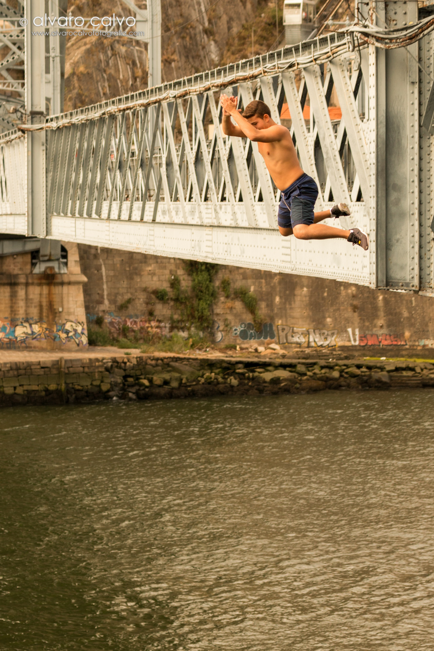 Oporto - Chavales de tiran desde el puente de Don Luis I a cambio de propinas