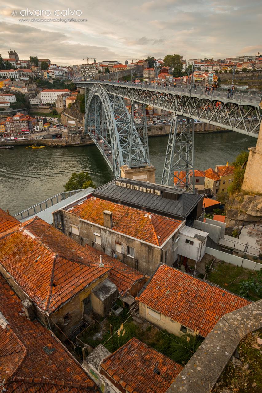 Oporto - Puente de Don Luis I y casas de la zona de Gaia