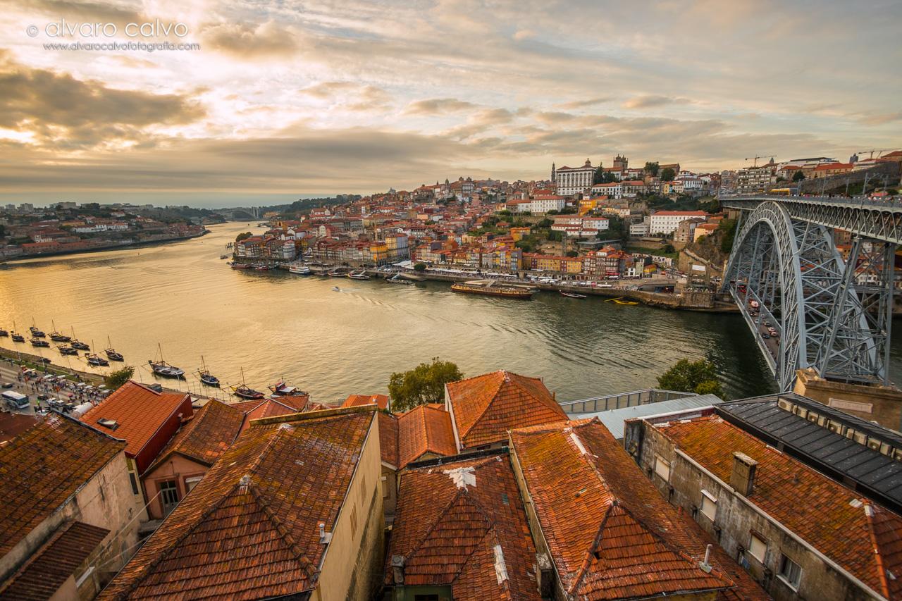 Vista panormámica de Oporto en un estupendo atardecer