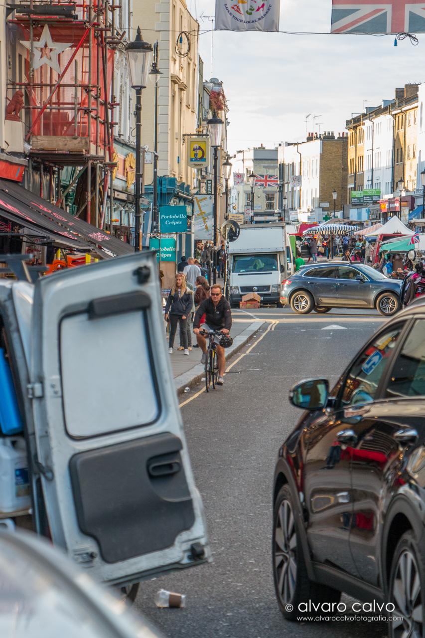 Ciclista en pleno mercado de Portobello Road - Londres / London