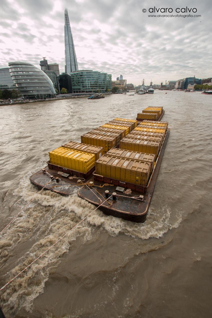 Remolcando contenedores en el río Thames - Londres / London