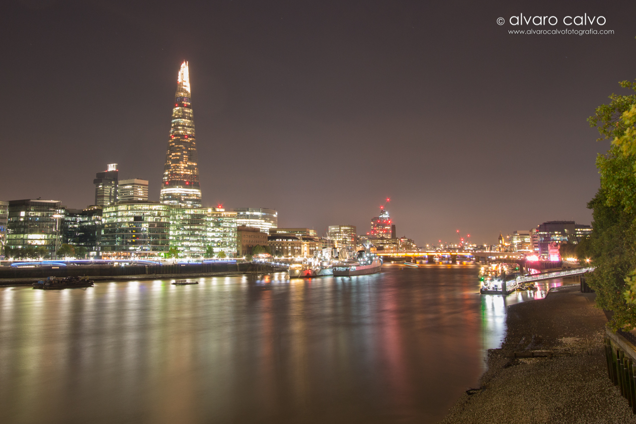 Rio Thames de noche con el rascacielos The Shard - Londres / London