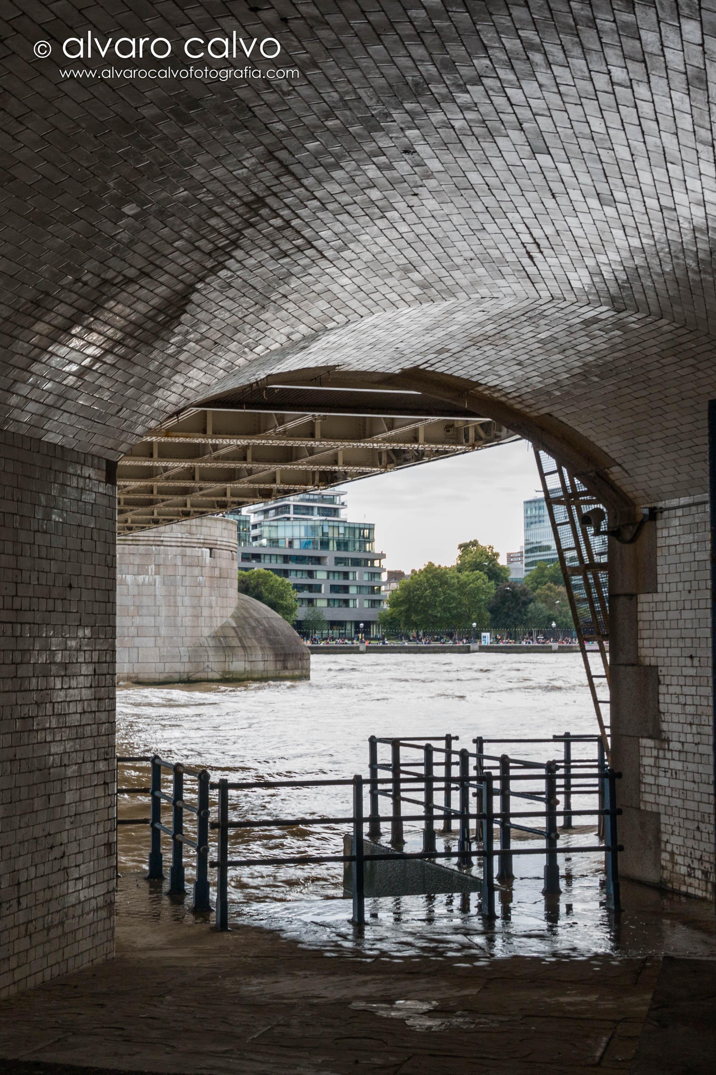 Debajo de los pilares del Tower Bridge - Londres / London
