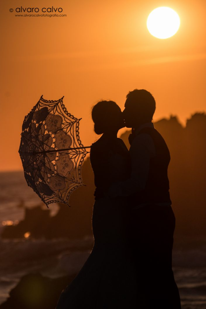 Silueta de pareja en la playa