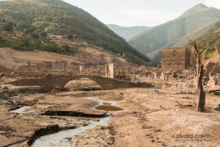 Ruinas de un pueblo bajo un seco pantano