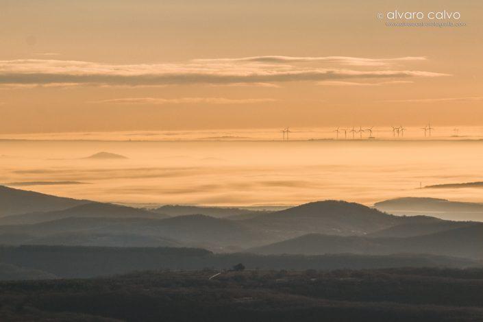 Molinos eólicos flotando sobre un mar de nubes. Montaña palentina.